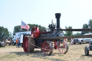 Peerless steam tractor running the thresher
